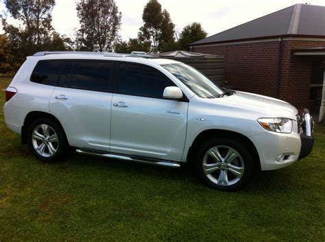 There's plenty of headroom, with enough shoulder room for three adults. 2008 Toyota Kluger Grande - Rooster1 - Shannons Club
