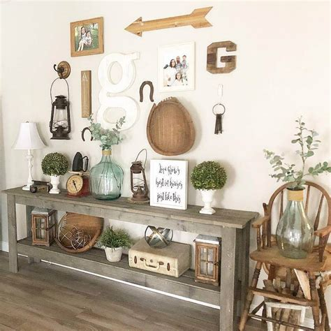 This rustic wall decor is made using pallet wood, mason jars and tin cans. Creative Rustic Wall Decor Ideas and Art | Rustic Home Decor and Design Ideas.