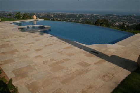 plage de piscine en carrelage pierres alessi cerame