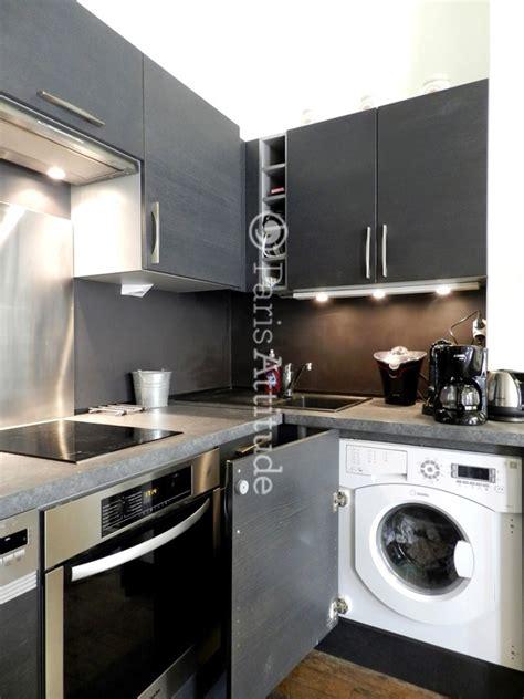 machine a laver dans la cuisine cuisine avec lave vaisselle vier sale avec la vaisselle