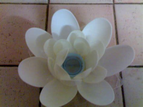 fiori con cucchiai di plastica la veranda riciclo creativo portacandela coi cucchiai
