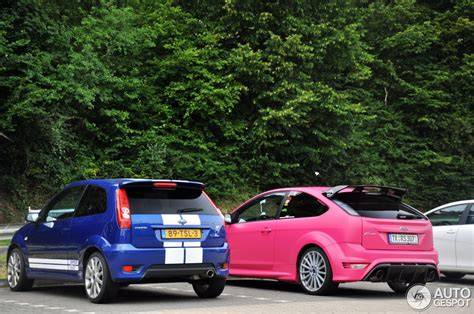 ford focus rs thinks  cool  pink autoevolution