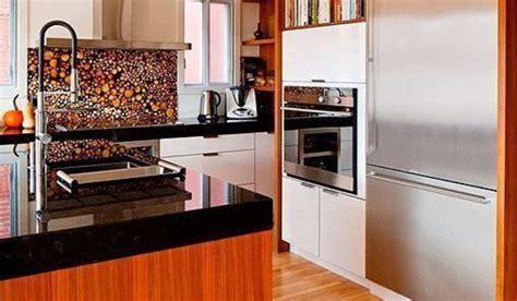 cocina en blanco  madera abierta al salon comedor