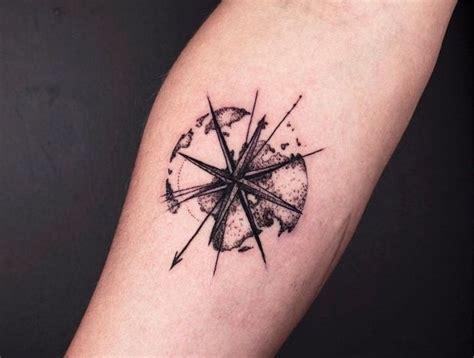 tatouage boussole design avant bras boussole planete