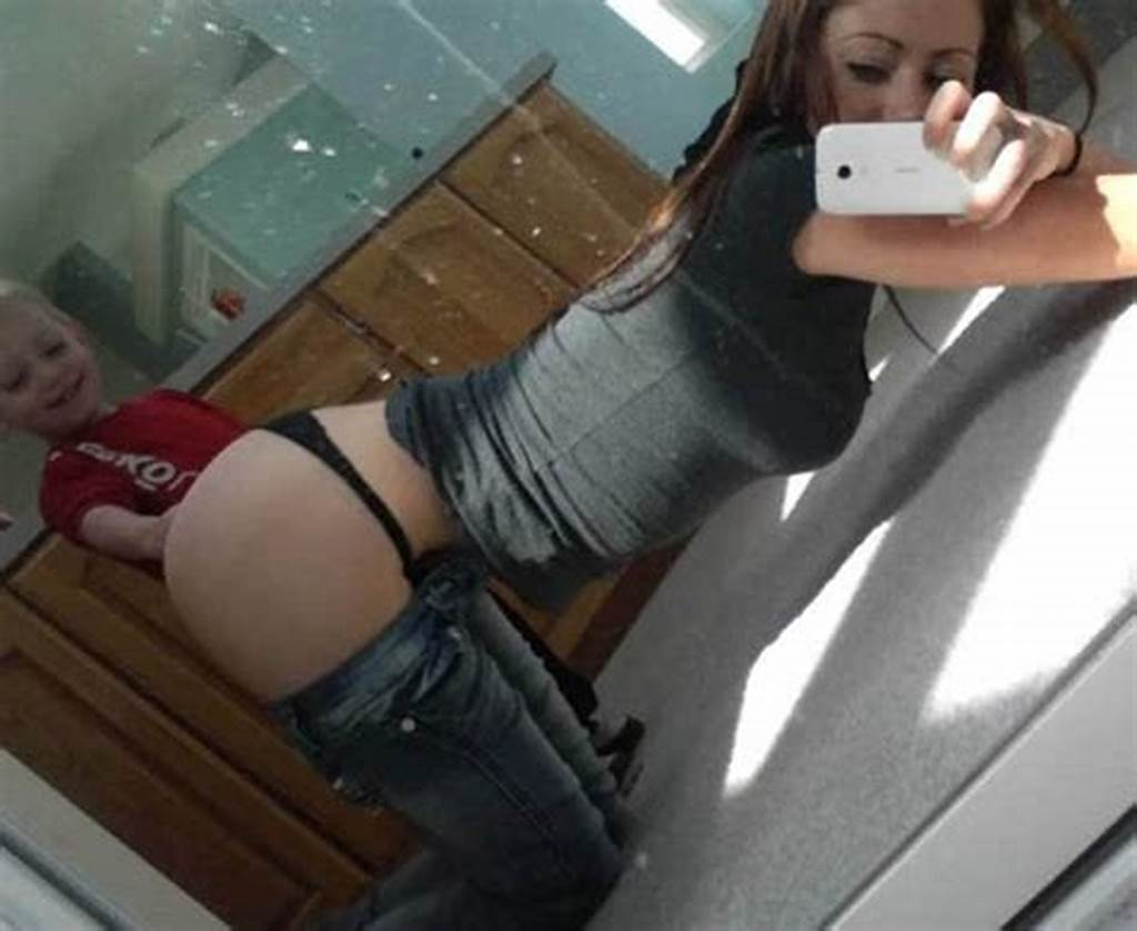 #Womans #Bedroom #Selfie #Goes #Viral #Can #You #See #Why