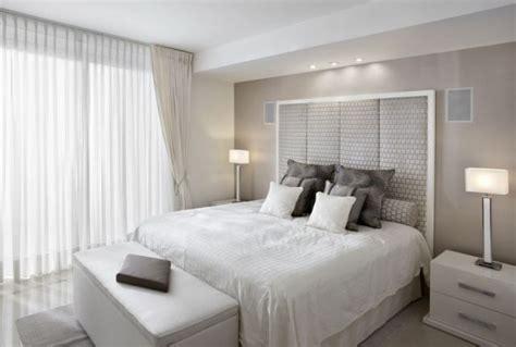 Schlafzimmer Behagliche Und Funktionale Beleuchtung by Kleines Schlafzimmer Helle Farben Wei 223 Creme Tischleuchten