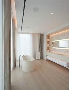 Moderne Freistehende Badewannen : moderne badezimmer freistehende badewanne holzboden fenster sichtschutz moderne vorh nge ~ Sanjose-hotels-ca.com Haus und Dekorationen