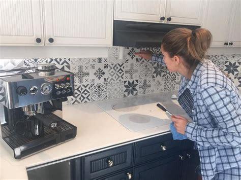pochoir pour cuisine idée relooking cuisine peindre carrelage mural avec des