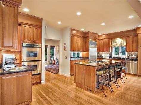 cuisine ouverte cuisine idee deco cuisine ouverte sur salon avec jaune