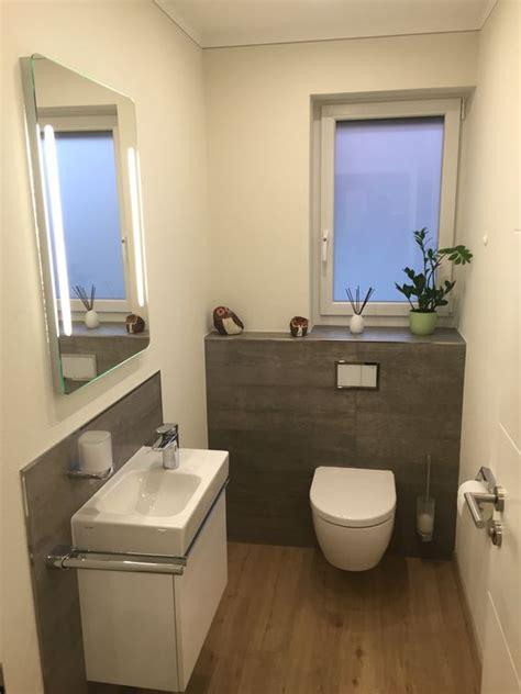 badfliesen holzoptik gäste wc teilgefliest mit grauen fliesen in betonoptik und designboden in holzoptik badezimmer