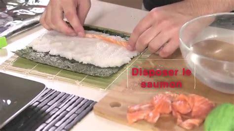 cuisiner des sushis makis et sushis saumon avec du riz