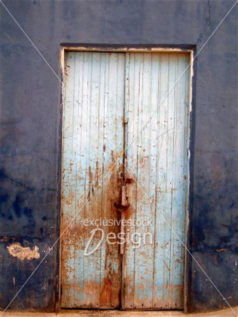 banque dimage vieille porte en bois couleur rouille sur