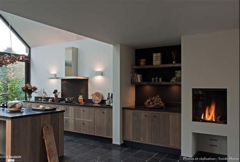une cuisine ouverte et chaleureuse inside home concept