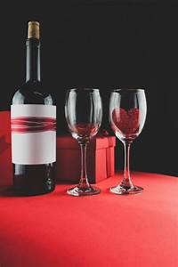 Customiser Une Bouteille De Vin : bo te de chocolats avec une bouteille de vin et deux ~ Zukunftsfamilie.com Idées de Décoration