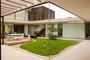 Jardin interieur entoure de baies vitrees une maison design for Maison avec jardin interieur