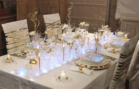 decoration de chaise pour noel je realise un chemin de table pour une déco toute dorée