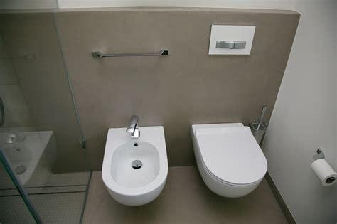 ricoprire piastrelle bagno ristrutturare il bagno con la resina per pavimenti