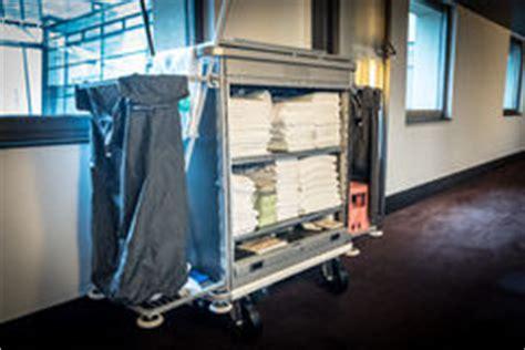 nettoyage chambre hotel chariot à nettoyage de chambre d 39 hôtel image libre de