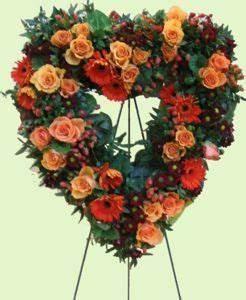 Kränzen Hochzeit Ideen : blumengesteck herz mit rosen zum stellen blumenschmuck in der kirche bei der hochzeit s ~ Markanthonyermac.com Haus und Dekorationen