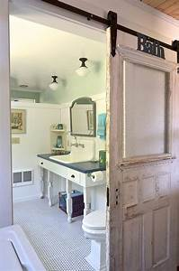 15 sliding barn doors that bring rustic beauty to the bathroom With porte de douche coulissante avec salle de bain style vintage
