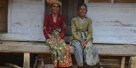 merawat tradisi  kampung naga