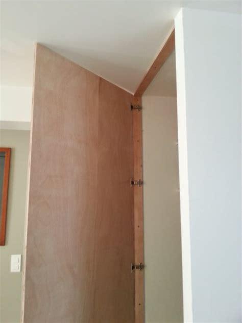 peindre placard cuisine réalisez une porte de placard toute simple reussir ses