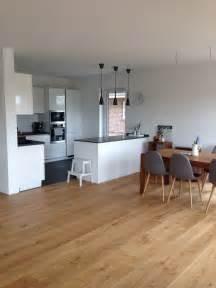 küche weiß grau offene küche mit insel weiß grau in kombi mit eichenboden und etwas scandi deko ein wahr