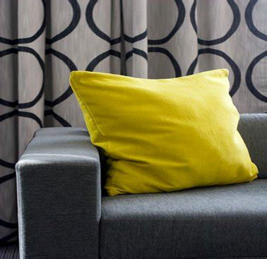 coussin sur canapé gris comment associer la couleur jaune en déco d 39 intérieur