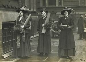 Suffragettes prepare to chain themselves to railings: 1909 ...