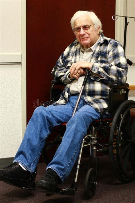 a2 bureau laon vieil homme dans le fauteuil roulant photos stock image