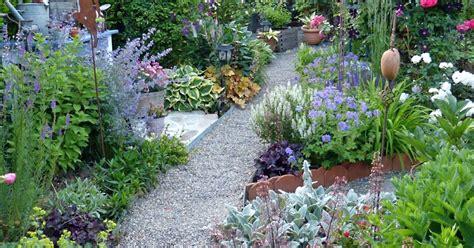 Vorgartengestaltung Ohne Rasen by Groaer Garten Ohne Rasen Pool Blumenbeet Gartenweg Garten