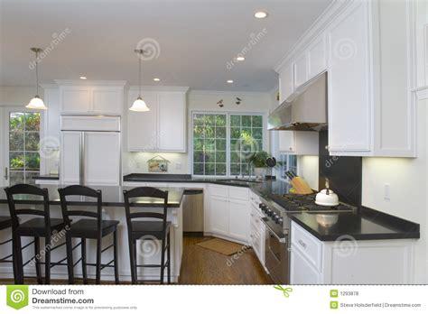 robinet de cuisine noir cuisine blanche neuf transformée photo stock image 1293878