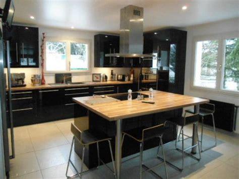 cuisine avec ilo ilot central noir et bois clair