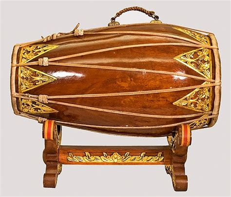 Tenun merupakan alat musik tradisional yang terbuat dari kayu dan berbentuk segitiga. Tifa Alat Musik Yang Berasal Dari Daerah