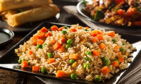 cuisiner le vrai riz frit chinois voici comment cuisiner le meilleur riz frit ajoutez y cet