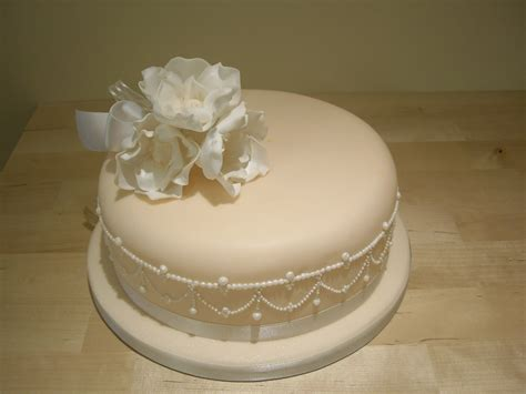 stunning single tier wedding cake  piped pearls