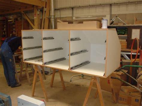 fabriquer ses meubles de cuisine soi m麥e fabriquer meuble cuisine table et meubles de cuisine de palettes avec un clairage trs original fabriquer une table plan de travail grand buffet