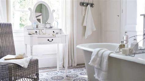 une d 233 co de style romantique dans la salle de bains