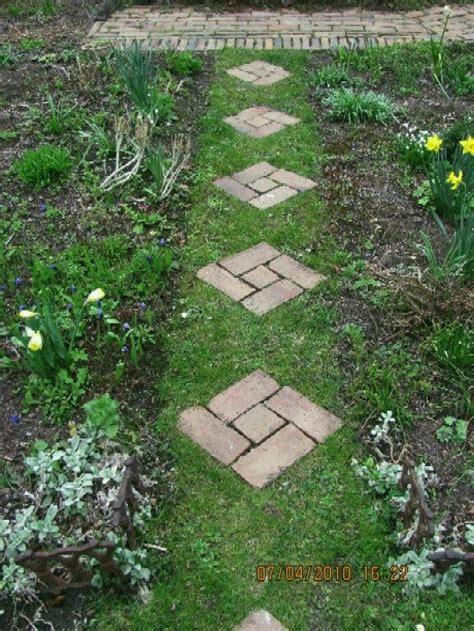 Trittplatten Im Rasen trittsteine verlegen gartenwege anlegen ideen f r das verlegen der