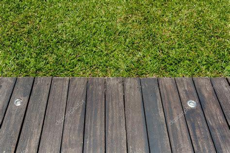 Holzterrasse Auf Rasen holzterrasse auf rasen