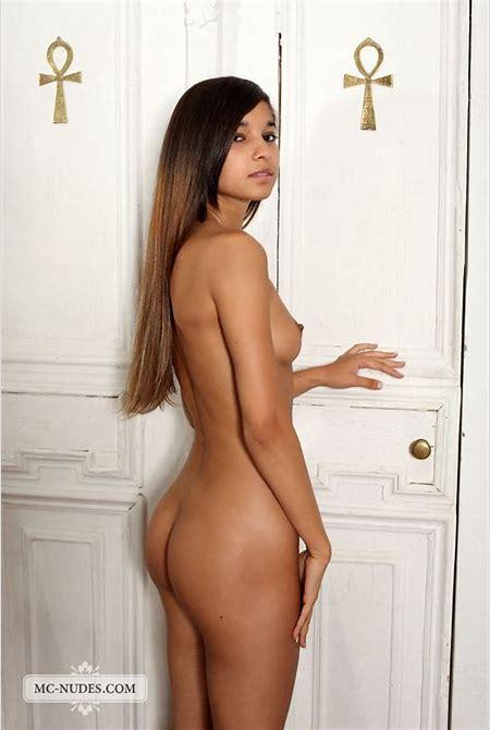 Nika Nude on the Floor - NudesPuri.com