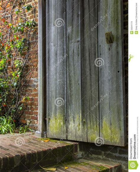 la vieille porte en bois s ouvre 224 un jardin oubli 233 photo stock image 55041174