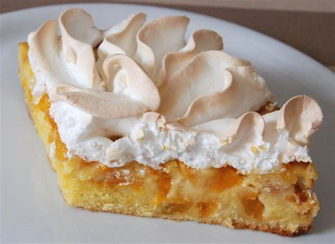 dessert a la meringue tarte g 226 teau meringu 233 e aux petites prunes jaunes cuisine plurielle
