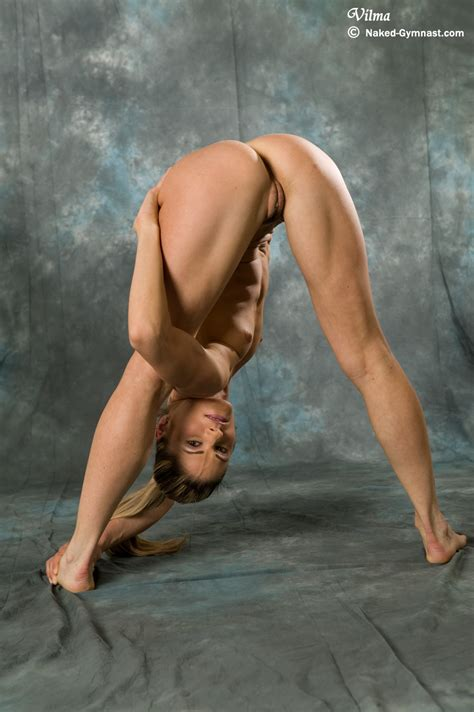 Nude Gymnast In Exclusive Contortion Performance