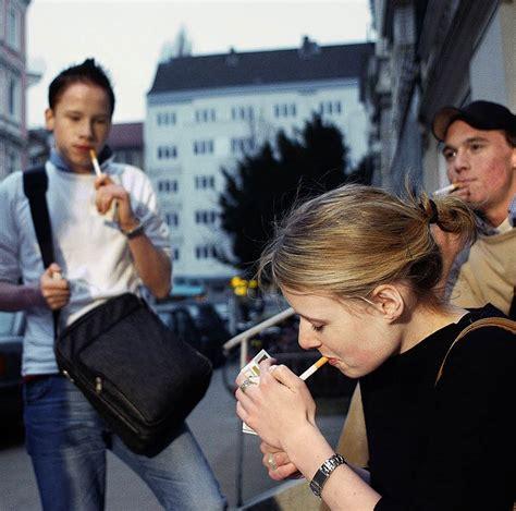 beim rauchen und trinken vorn deutschland badische zeitung