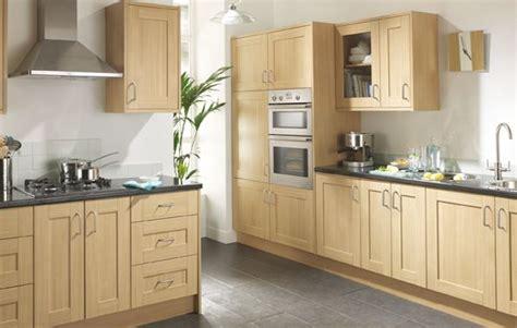 shaker oak kitchen cabinets linslade shaker kitchen range is a oak effect 5166