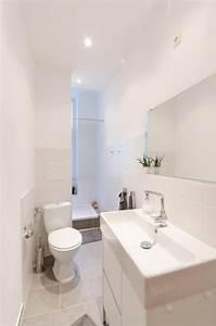 Toilette Mit Dusche : schmales aber supermodern eingerichtetes badezimmer mit dusche toilette waschbecken und ~ Watch28wear.com Haus und Dekorationen