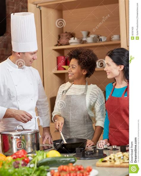 chef cuisine femme les femmes et le chef heureux font cuire la cuisson dans
