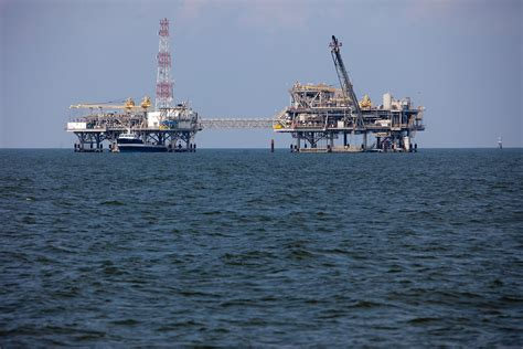 oil rigs    coast  alabama kris krueg flickr