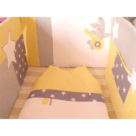 chambre bébé fille violet ensemble tour de lit gigoteuse matelas à langer sur